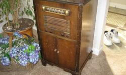 1940's Clarion radio/record player wood cabinet. --> --