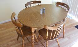 Light Colored wood kitchen table set. 3ft. Comes with a leaf Mr. Green 318-387-4600