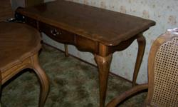 Small desk, Country Frence style legs. Top has an enlay design. Excellent condition. Buyer will be responsible to come and take delivery.